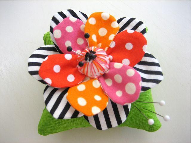 Polka dots and stripes pin cushionColors Combos, Pincushions Alfileteros, Pin Cushions, Adorable Pincushions, Pincushions Sewing, Colors Pincushions, Scrappy Pincushions, Crafts, Flower Pincushions