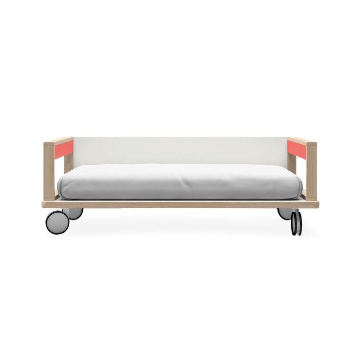 Articolo: LAQ1RLAQNR1Il letto piattaforma con ruote di Lagrama è uno straordinario esempio di raffinato design abilmente coniugato con la funzionalità. Nella versione con sponde laterali assume anche funzione di canapè. E' dotato di grandi ruote che ne consentono facilmente gli spostamenti.Ospita un materasso da cm 90x190. Realizzato con pannelli di legno riciclato compattato con resine ad alta temperatura classificati E1 bassi in fromaldeide.Laccature ad acqua senza solventi. Maniglie in…