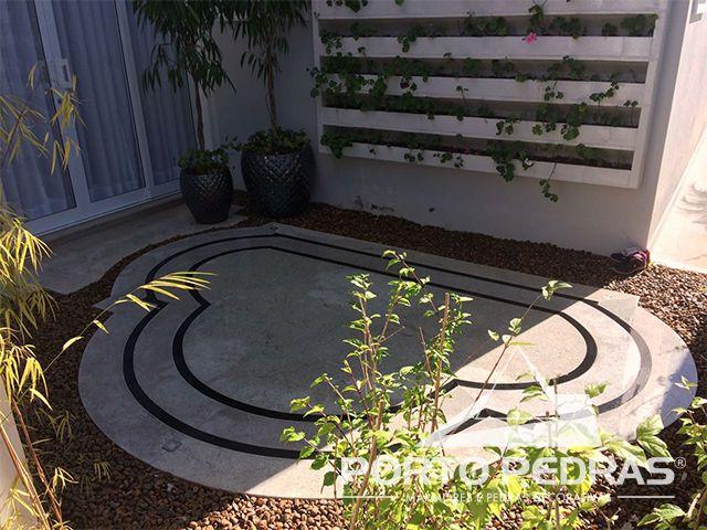 Revestimento do piso em tapete de granito Preto Absoluto e Branco Itaúnas