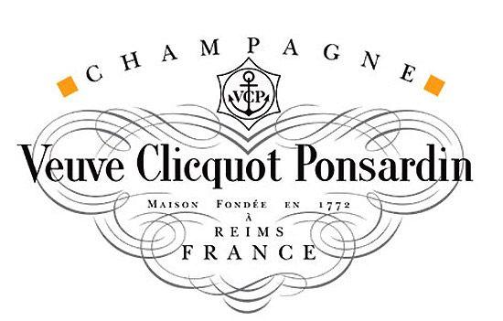 ヴーヴ・クリコ(Veuve-Clicquot)  クリコ未亡人 フランス北部シャンパーニュ=アルデンヌ地域圏マルヌ県ランスの銀行家だったフィリップ・クリコ=ムーリオンが1772年に結婚した相手が葡萄畑を所有していたことがきっかけとなり、シャンパンを造るようになったのが「ヴーヴ・クリコ(Veuve-Clicquot)」の始まり。  ヴーヴ・クリコ(Veuve-Clicquot)  クリコ氏は大変なやり手で、1775年には世界で初めてロゼ・シャンパーニュを出荷。このフィリップ氏の息子フランソワは、ニコル・バルブ・ポンサルダンという女性と結婚したが、フランソワがシャンパーニュ業に専念しようと決意して1年も経たないうちに幼い娘を残して死去。夫人はこのとき27歳という若さだった。彼女は夫のシャンパーニュにかける熱い思いを受け継いで3代目社長となり一念発起。当初は「クリコ」の社名で設立されていたが、1810年に「ヴーヴ・クリコ・ポンサルダン」と改名。ちなみに、「ヴーヴ・クリコ」の「ヴーヴ」は「未亡人」という意味で、「クリコ未亡人」というユニークなネーミングである感は否めない。