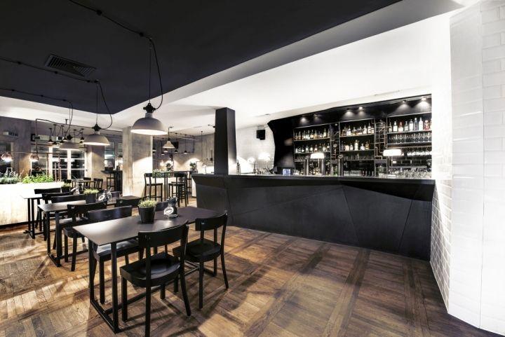 Черный потолок в баре