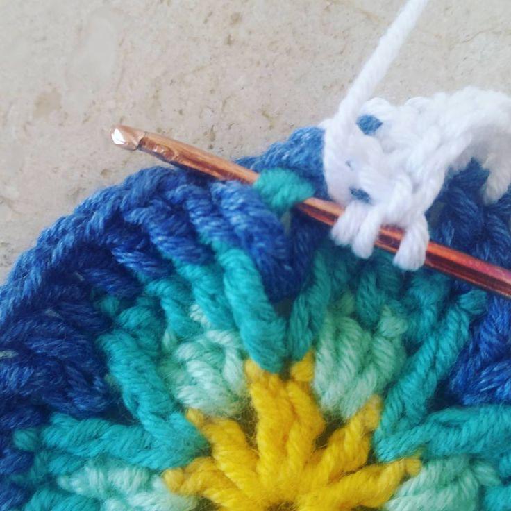 Yuxarida olan zincire toxunmadan uclutrabzan toxunur . . #elisi #toxumaq #iplik #orgu #handmade #yarn #yarnaddict #crochet #crossstitch #crochethook #motif #orgumodelleri #örgümüseviyorum #tigisi #handmadelove #knitting #knittinglove #dizbattaniyesi #koltuksali #bebekbattaniyesi #battaniye #adyal #kirlent #yastiq #вязаниекрючком #вяжутнетолькобабушки #вязание #мотив