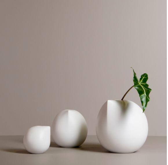 Nyhet fra DBKD Lekker vase som like fint kan stå alene eller i grupper med flere. Designer Halina Fritsch Large Str Ø20 x H20 cm