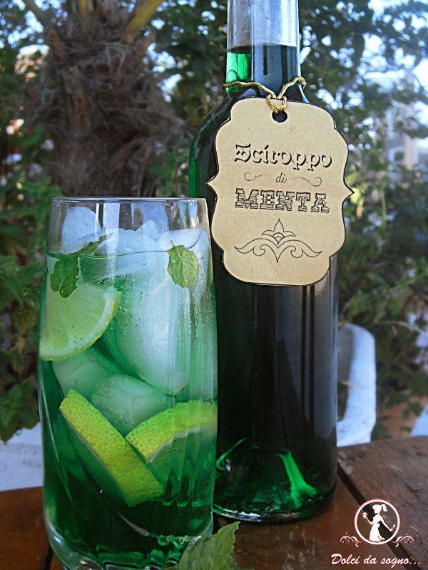 bottiglia e bicchiere di menta