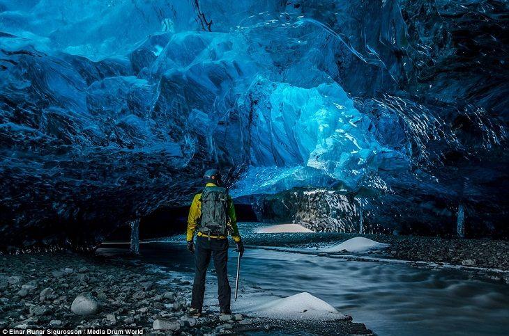 Impresionantes cuevas de hielo bajo un glaciar en Islandia
