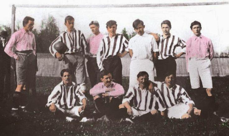 En la Juventus de 1905 no todos los socios podían permitirse la costosa camiseta blanca y negra importada de Inglaterra, por esa razón algunos usaban todavía la precedente camiseta rosada.