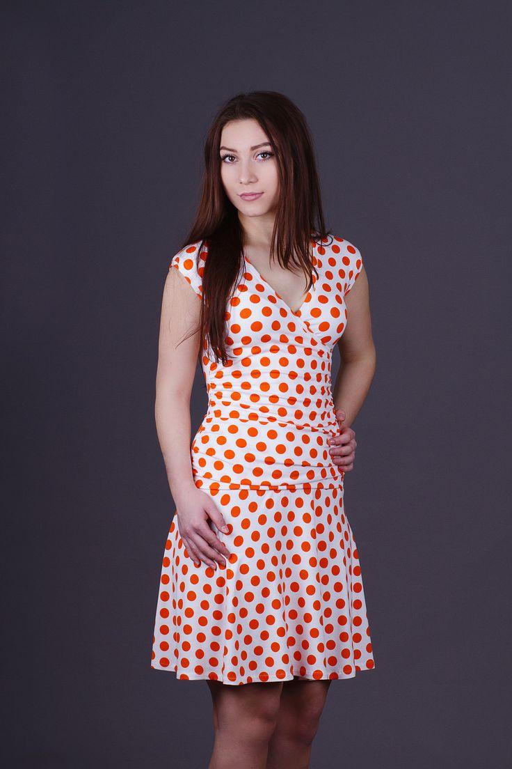 Šaty+řasené+oranžové+Šaty+jsou+z+vískózového+úpletu.+Na+předním+díle+jsou+přes+hrudník+překřížené+a+v+oblasti+břicha+nařasené.+Šaty+na+fotografii+jsou+velikosti+38+a+délka+šatů+je+95cm.+Pokud+nevíte+svoji+velikost,+tak+tabulka+velikostí+je+na+profilu.+Šaty+se+perou+na+40°C.+Ale+pokud+chcete+prodloužit+jejich+životnost,+není+nad+praní+v+ruce+:)+Velikost+a+délku+...