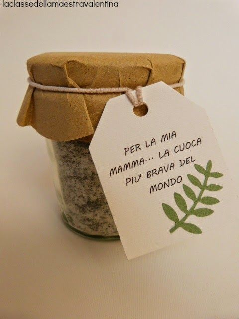 Care creative oggi vi svelo il regalino che i miei bimbi hanno fatto alle loro mamme... un vasetto di sale aromatizzato alle erbe.Nel nostro giardino abbiamo piantato il timo, il rosmarino e la salvia