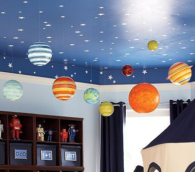 Olha só que linda a decoração deste quarto de brinquedos. Além de prática e criativa também é super educativa. Reparem na organização da estante. Os planetas são feitos com bolas de isopor. As estr…