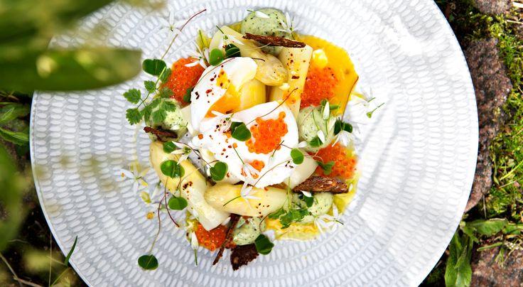 Recept på pocherat ägg med sparris och örtcrème. Bra brunchrätt eller förrätt. Forellrommen kan bytasmot en skiva kallrökt lax. Örtcrèmen som blir över ärgod till fisk, skaldjur, kyckling eller sallad.