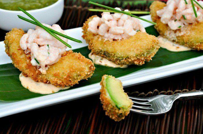 avocadogericht idee avocadostücke frittieren mit garnellen und zwiebel servieren und sahne chilli soße