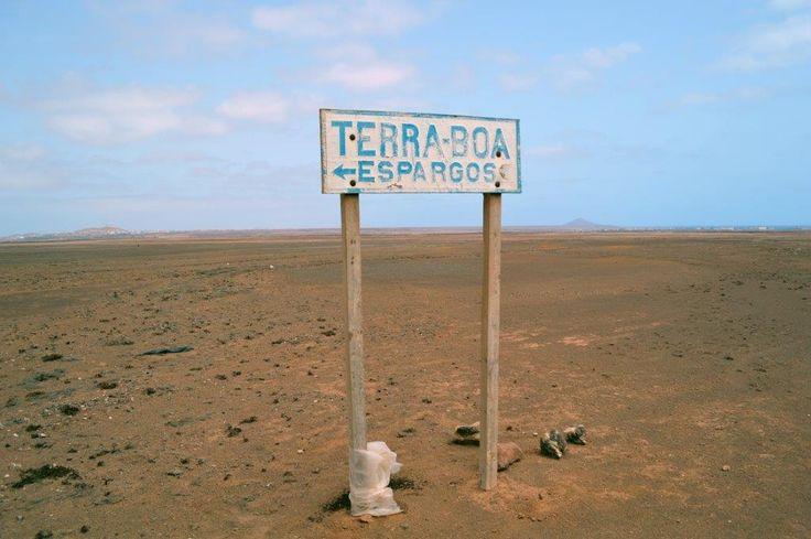 Wer noch mehr Kargheit und noch mehr weites Nichts erleben will, der macht sich auf  Erkundungstour an die fast unbesiedelte Westküste von Sal. Um den Monte Leão (Löwenberg) eröffnet sich eine Szenerie der Stille, in der man glaubt auf einem anderen Planeten gelandet zu sein...…mehr unter: www.welt-sehenerleben.de  #Sal #Kapverden #Reisen #Urlaub
