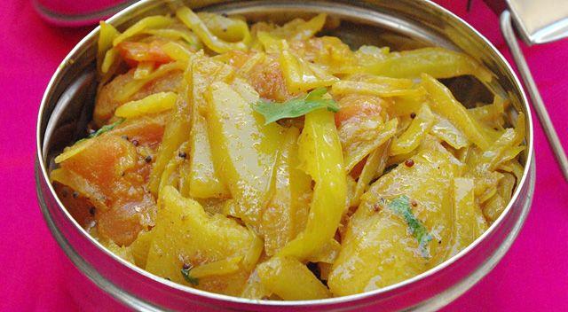 Patta Gobhi 500g de chou blanc (en lamelles) 2 pdTerre (en lamelles) 1 tomate en dés 1 g. d'ail 1 càc coriandre moulue 1/2 càc paprika 3/4 càc curcuma 3 càs huile un pt bout de gingembre qq feuilles de coriandre sel Mettre p. de terre et chou ds poele huilée.Ajouter curcuma, paprika et coriandre ainsi que 3 cuillères à soupe d'eau, mélanger. Ajouter ail et gingembre, saler, couvrir, laisser cuire 12mn à feu moyen. Ajouter la tomate,cuire 5mn en couvrant. Ajouter coriandre fraîche ciselée.