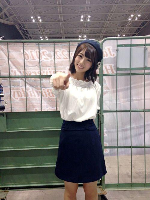 制服姿の北野日奈子さん
