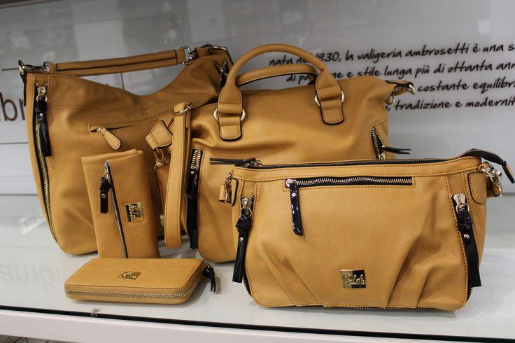 Nolita entra di prepotenza nel mondo #fashion delle borse e lo fa con la sua linea di punta ricca di tasche: #shoppingbag, sacca sottospalla grande e una borsa #baguette piccola nei colori #moda giallo, beige e nero. Vi piacciono?