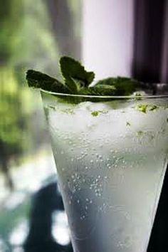 """Sgroppino: um drink chique e refrescante!  O SGROPPINO AL LIMONE é um delicioso digestivo. O nome, que parece estranho, provém do dialeto italiano esignifica """"sorvete digestivo"""". O Sgroppino pode ser feito com sorvete …"""