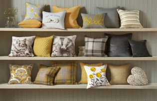 Every seen a cushion collection SO gorgeous? Us either!