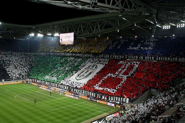 Coreografia con  -  Migliaia di bandiere bianconere e i simboli dei 27 scudetti sono la coreografia scelta dai tifosi della Juventus...