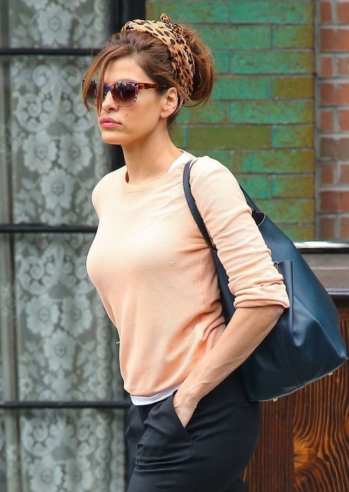 Eva Mendes doing casual right – always love the scarf in her hair.