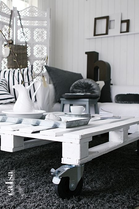 17 best images about diy coffee table ideas on pinterest for Painted pallet coffee table