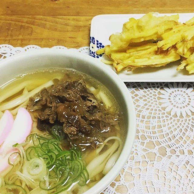#きしめん #肉うどん的 #肉 #天ぷら #ごぼうと芋の天ぷら #うどん #instaeat #instafood #food #japan #おうちごはん #ふつうのごはん #夕食 #献立 #記録
