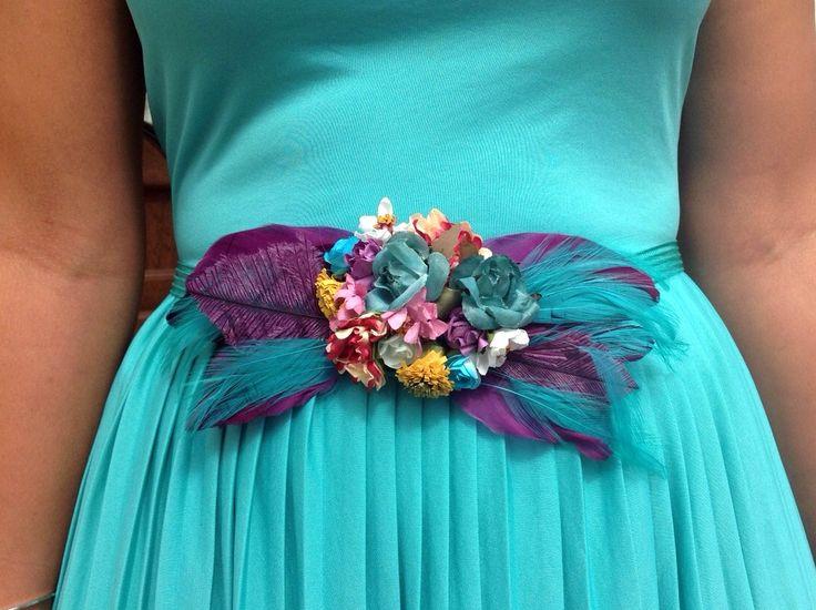 Cinturón elástico con flores y plumas.