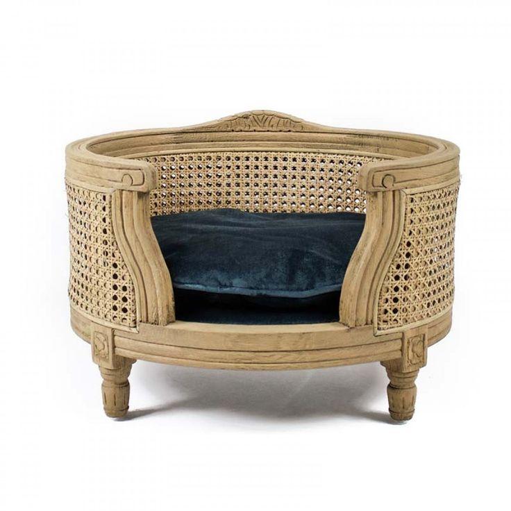Kattensofa George Cut-Pile Blue Webbing   Op deze luxe en stijlvolle sofa in Louis XVI stijl kan uw huisdier heerlijk vertoeven. Het eiken houten frame is duurzaam en bijzonder stijlvol en elegant.  De sofa is voorzien van een bijpassend kussen, welke dankzij de behandeling met Teflon® vuil- en waterafstotend is. Het kussen is wasbaar op 30 graden.       Produkoverzicht:Kleur:           Maat:       sofa George Cut-Pile Blue Webbing in Louis XVI Stijl met solide eiken frame met bijpassend vuil- en waterafstotend kussen kussen wasbaar op 30 graden       frame: bruin kussen: blauw         49 x 40 x 31 cm