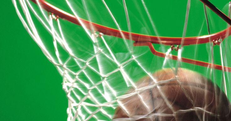Como montar uma tabela e cesta de basquete no topo da garagem. O basquete é um esporte que se pode aproveitar como espectador, como membro de um time ou como parte de um jogo simples do lado de fora da casa. Pode-se montar metas de basquete de diferentes formas para se desfrutar de um jogo fora de casa, como montar um poste de basquete no chão e sustentá-lo com areia e cascalho para servir como um método de ...