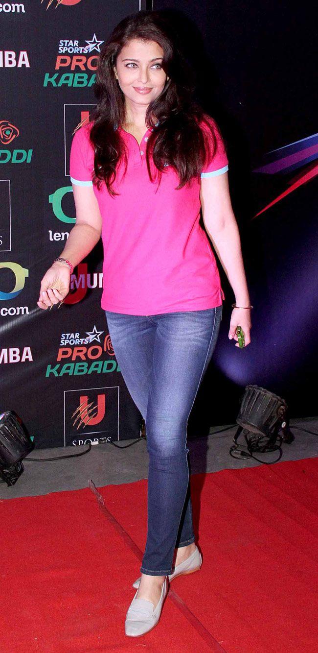 Aishwarya Rai Bachchan arrived wearing a custom T-shirt representing her hubby Abhishek's team at the Pro Kabaddi League opener. #Style #Bollywood #Fashion #Beauty
