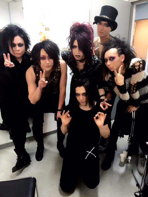 KISAKI (Syndrome, LIN) is the redhead in the middle.