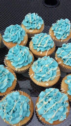Cupcakes met een toef van blue curaçao smbc, witte chocolade en zilveren pareltjes.