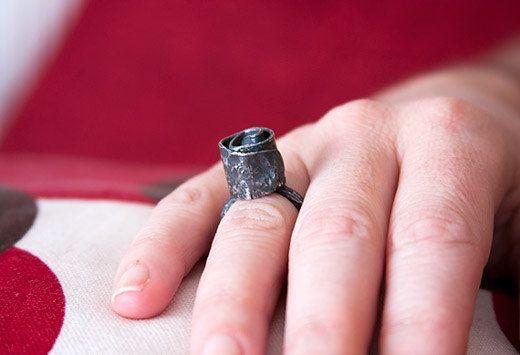 Rosa. Anillo de plata de ley oxidada por Baona en Etsy