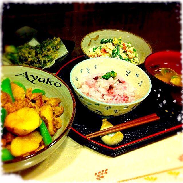 今日は、春の食材を意識して使ってみました〜(≧∇≦)こういうほっこりご飯も、たまにはいいね♡ - 164件のもぐもぐ - 新ジャガと豚バラの炒め煮、桜ごはん、あさりの味噌汁、菜の花とベーコンの白和え、タラの芽の天ぷら by ayako1015