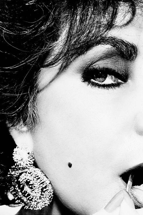 Intimate black-and-white photograph of Elizabeth Taylor, circa 1986. Related to the White Diamonds (perfume) campaign. Image via Noemi Romani.