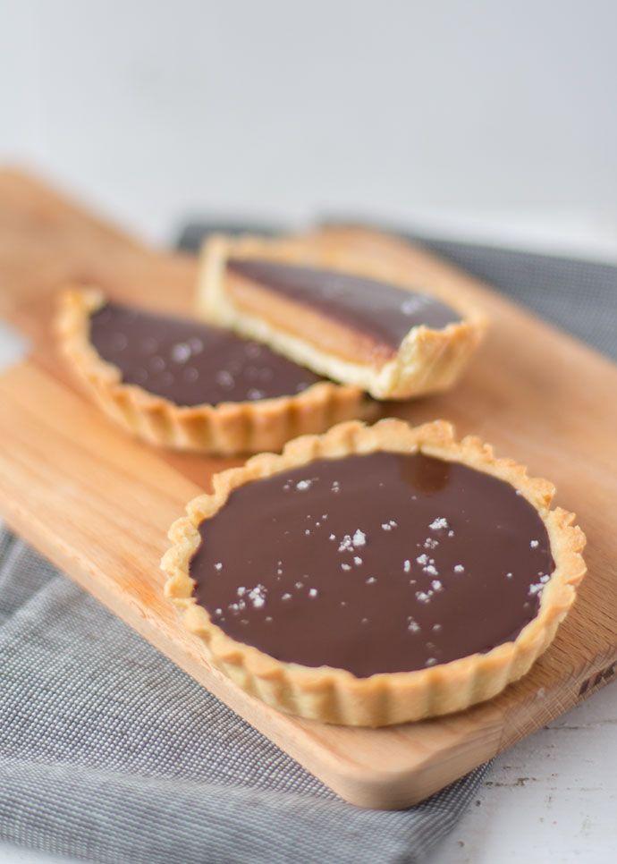 Salted dulce de leche tartelettes van www.cakejevaneigendeeg.nl