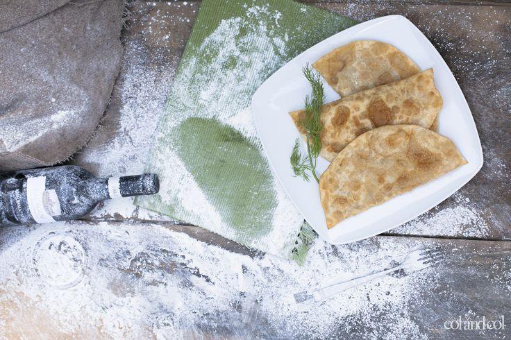 Empanadillas de carne picada o chebureki (чебуреки)  La empanadilla es el abrazo maternal del pan, el mecido natural del trigo a su carne; es también el relicario del sabor por dentro que, al abrirse, inaugura cada vez un delicado milagro. Hartos de la prohibición de lo frito, hartos de los matasanos que nos harán morir muy tarde y muy en forma, hartos del tonteo de la lechuga, del imperio de la caloría, hartos de los maratones sanísimos y su altavoz acoplado con concejal de fiestas. Hoy nos…