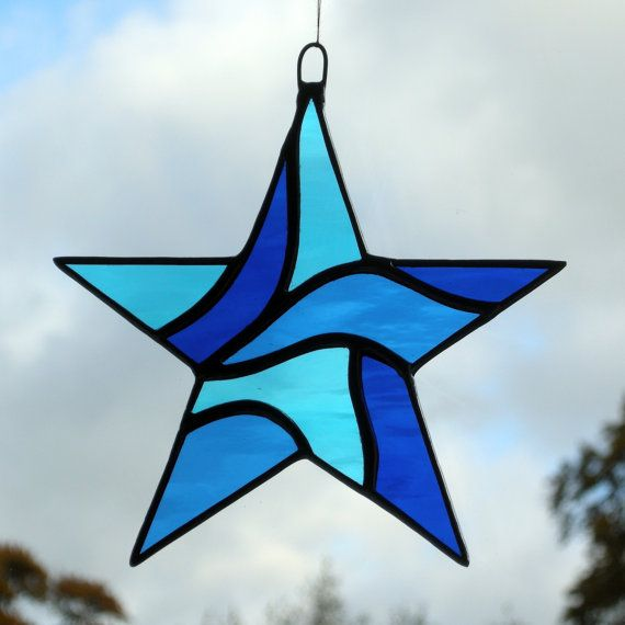 Ce beau vitrail suspendu ornement de fenêtre (Abstract Star) a été conçu et fabriqués à la main par moi-même en utilisant le cuivre traditionnel contrecarrant méthode (aucun bâton sur pellicule de plomb ou de verre). La conception est efficace avec une variété de verre de différentes couleurs et textures de verre utilisé, dans cette étoile abstraite, jai utilisé (bleu ciel, bleu moyen et bleu de cobalt dans waterglass gondolés légèrement ensemencé).    La soudure est ensuite nettoyée et…