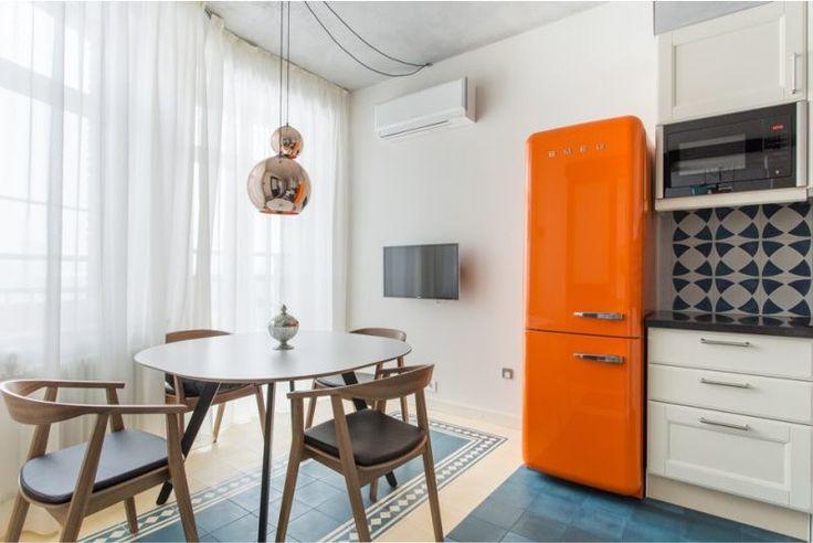 Овальный деревянный стол в интерьере кухни в современном стиле