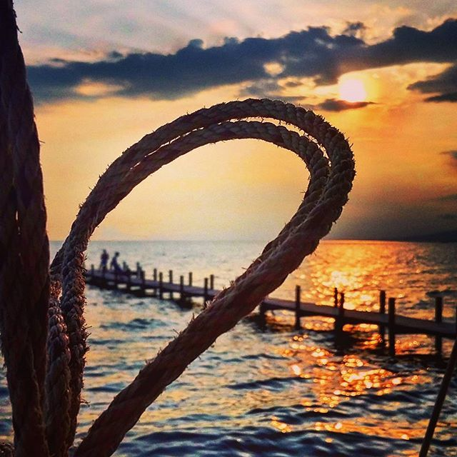 """""""Лежу - так больше расстоянье до петли, И сердце дергается, словно не во мне, Пора туда, где только """"ни"""" и только """"не"""". #cambodia #kep #kampot #beach #pier #sunset #loop #itistime #камбоджа #кеп #кампот #пляж #сансет #закат #пирс #причал #петля #пора"""