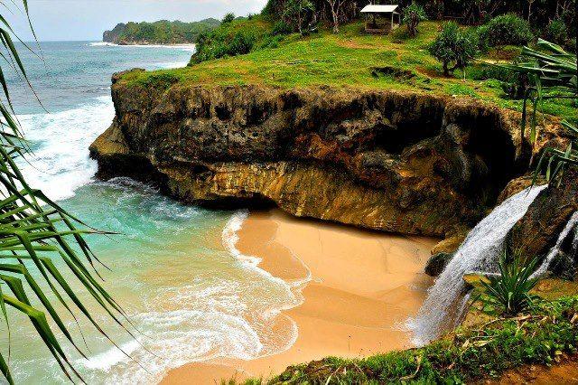 Ragam Wisata dan Kuliner Indonesia: Karang Bolong Beach