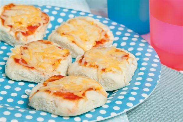 Pizzetas a los dos quesos  ¡Divertite preparando unas pizzetas con tus hijos!.         Foto:Lucila Cummins