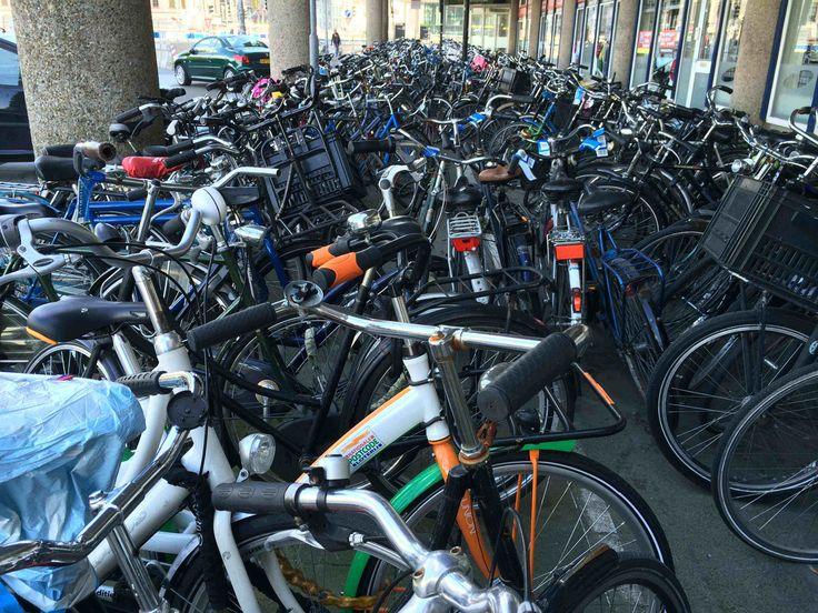 Parkeren van fietsen kan een chaos zijn. Hier de situatie aan de westzijde van Hoog-Catharijne in augustus 2014