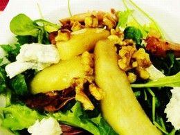 Zimný šalát s hruškou, gorgonzolou, orechami a medovou zálievkou