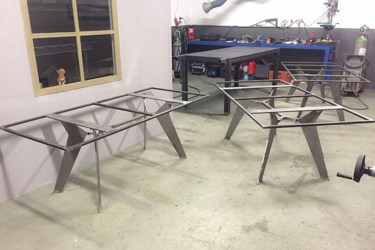 Stalen design tafel onderstellen op maat gemaakt. De tafel onderstellen zijn van eigen ontwerp en zijn vervolgens in maat aangepast. Ze worden gebruikt voor de Zaanse Sportbank tafels en dit is de zwevende vloer. Doordat de tafelpoten naar binnen staan lijkt het blad te zweven. De frames worden afgewerkt in een glas witte poedercoating. Dit […]