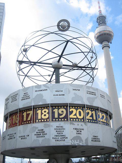 Die Weltzeituhr am Alexanderplatz mit den Fernsehturm in Hintergrund >> Alexanderplatz, East Berlin