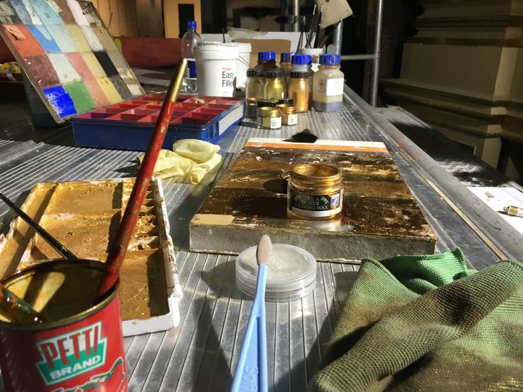 Products to make the art of gilding. Produkter til forgyldning af Det Kongelige Teater