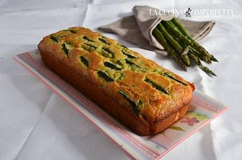 Il plumcake agli asparagi è saporito, soffice e delicato. Il gusto intenso degli asparagi si sposa perfettamente con quello più morbido e delicato dell'asiago.
