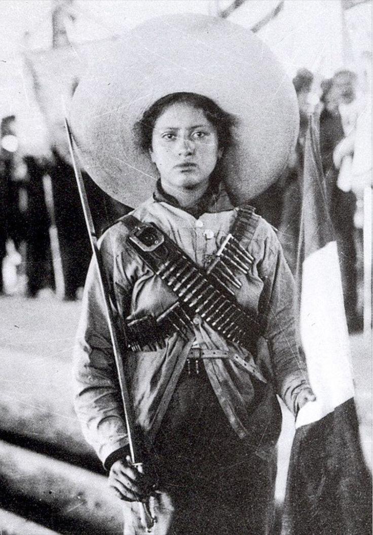 """La señorita que sale en esta foto tomada en 1913 es Adela Velarde Pérez, ella en su papel de enfermera atendía a los soldados Villistas heridos de la más que famosa #DivisiónDelNorte, durante la Revolución Mexicana. Era nieta de Rafael Velarde, amigo de Benito Juárez. Fue tanta su fama que le compusieron un corrido...ese que dice: """" Si Adelita se fuera con otro…¿se lo saben? ;)"""