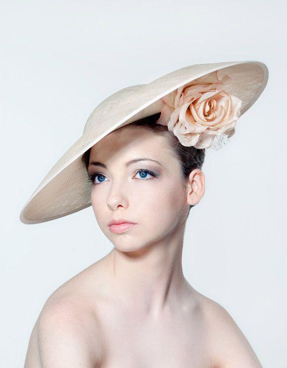Cest un discret et élégant casque serait la touche finale parfaite à cette tenue de circonstance. Ce casque sadapte sur la tête avec un