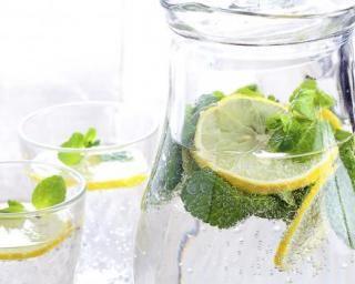 Limonade au thé vert, citron et menthe fraîche : http://www.fourchette-et-bikini.fr/recettes/recettes-minceur/limonade-au-vert-citron-et-menthe-fraiche.html